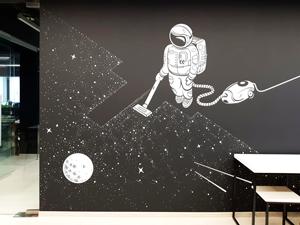 Рисунок космонавта на черной стене